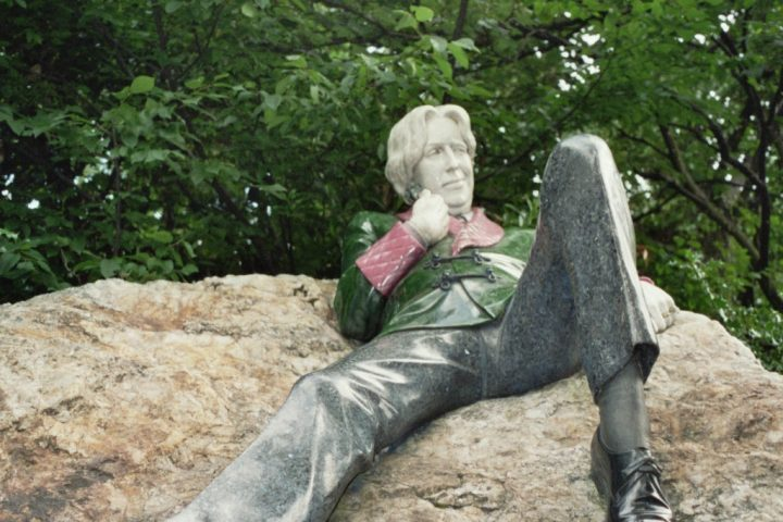 sculpture-of-oscar-wilde-1563182